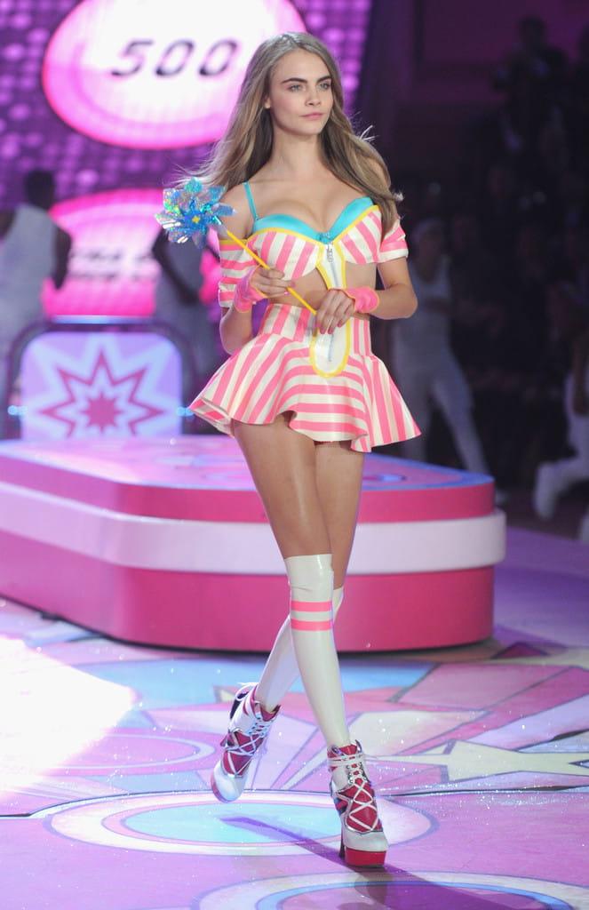 cara-delevingne-victorias-secret-runway-pink